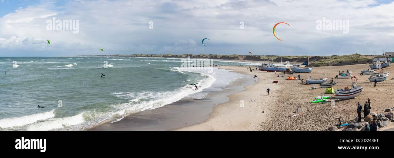 Nørre Vorupør, Danemark - 5 septembre 2020 : vue panoramique sur la plage de la mer du Nord fréquentée par les surfeurs et les spectateurs de cerf-volant par une journée très venteuse Banque D'Images