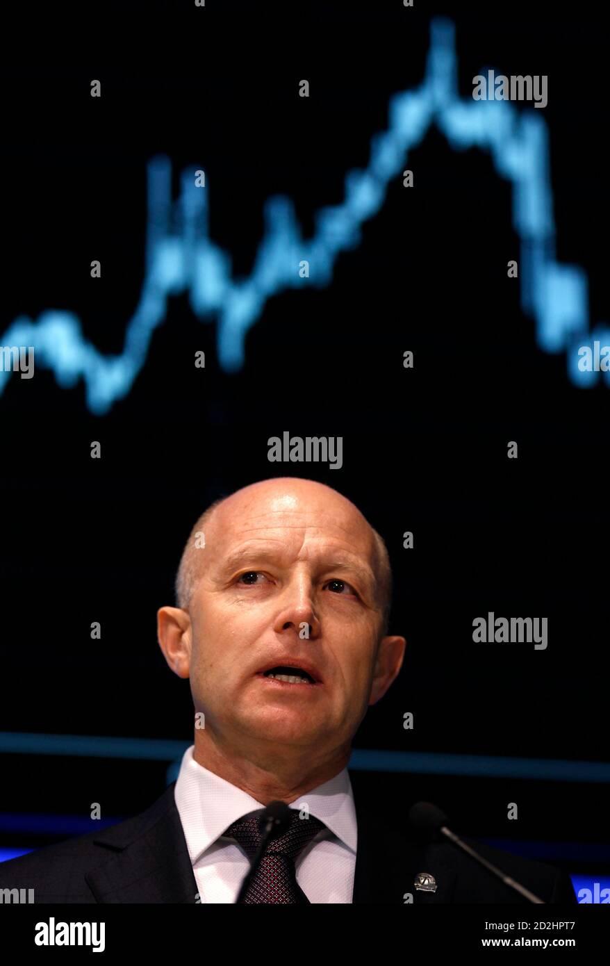 Andrzej Klesyk, directeur général du Groupe PZU, prend la parole lors du lancement de la bourse de Varsovie le 12 mai 2010. Le premier assureur polonais PZU a enregistré mercredi des gains importants dans ses débuts sur le marché, afin de plafonner la plus grande offre publique initiale de l'Europe en deux ans après avoir bravoué des marchés instables qui ont forcé d'autres pays à abandonner les flotations. REUTERS/Peter Andrews (POLOGNE - Tags: AFFAIRES POLITIQUES) Banque D'Images