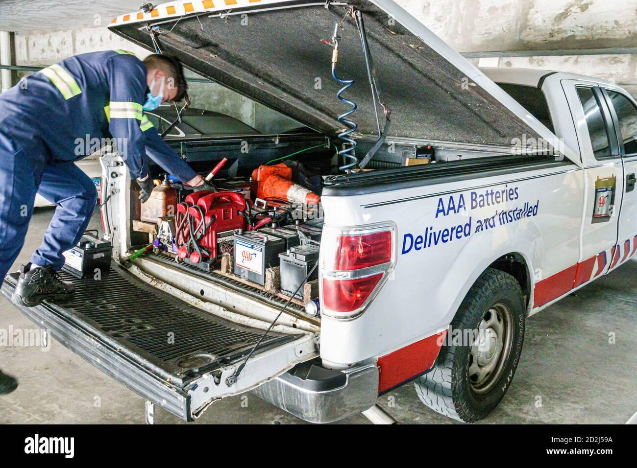 Florida Miami Beach AAA American automobile Association Services d'urgence en bord de route Assistance camion hispanique mâle Covid-19 coronavirus pandemi Banque D'Images