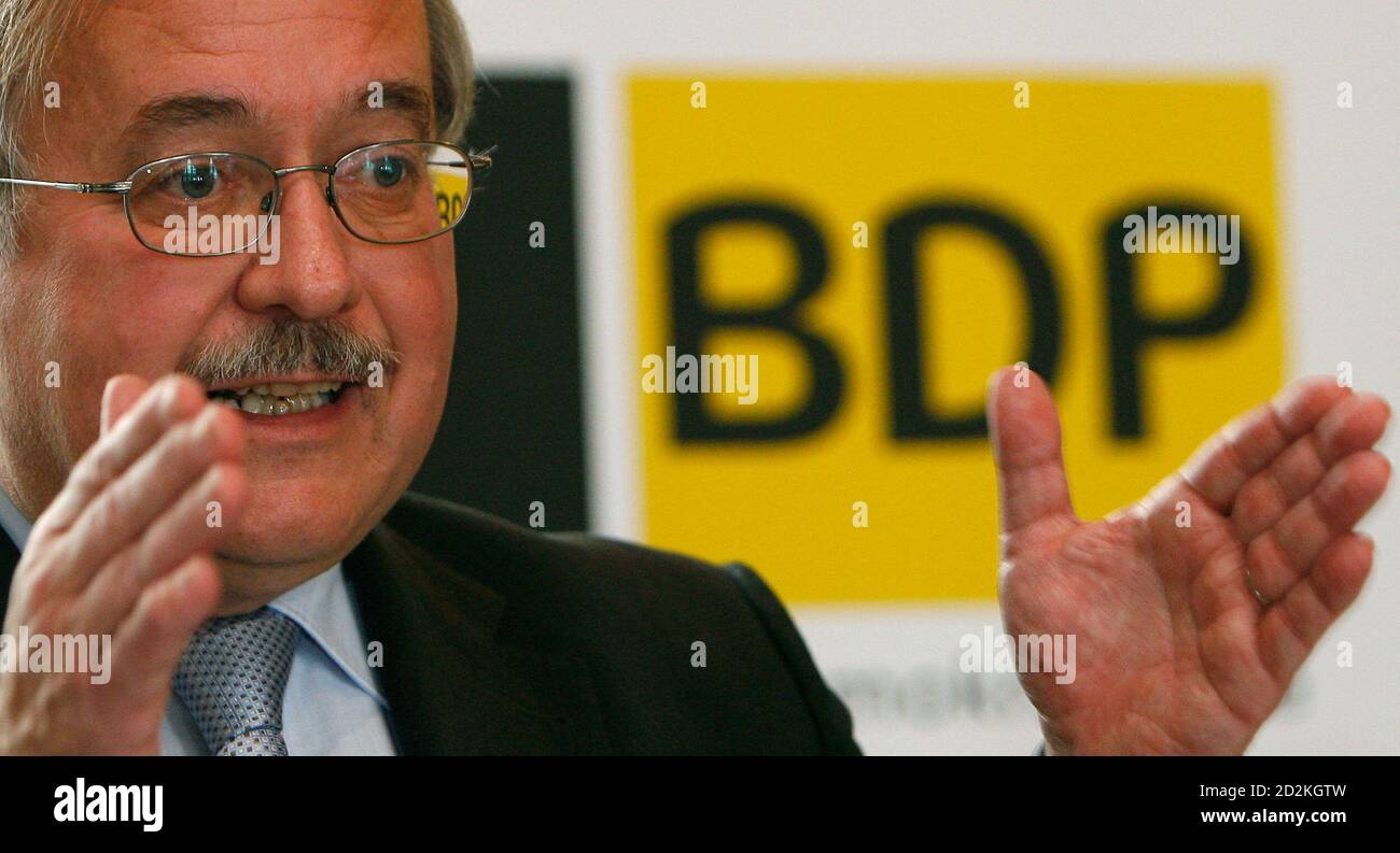 Le ministre suisse Samuel Schmid prend des gestes comme il fait son discours lors d'une réunion pour former le nouveau «Buergerlich Demokratische Partei» (BDP) à Glaris le 1er novembre 2008. REUTERS/Christian Hartmann (SUISSE) Banque D'Images