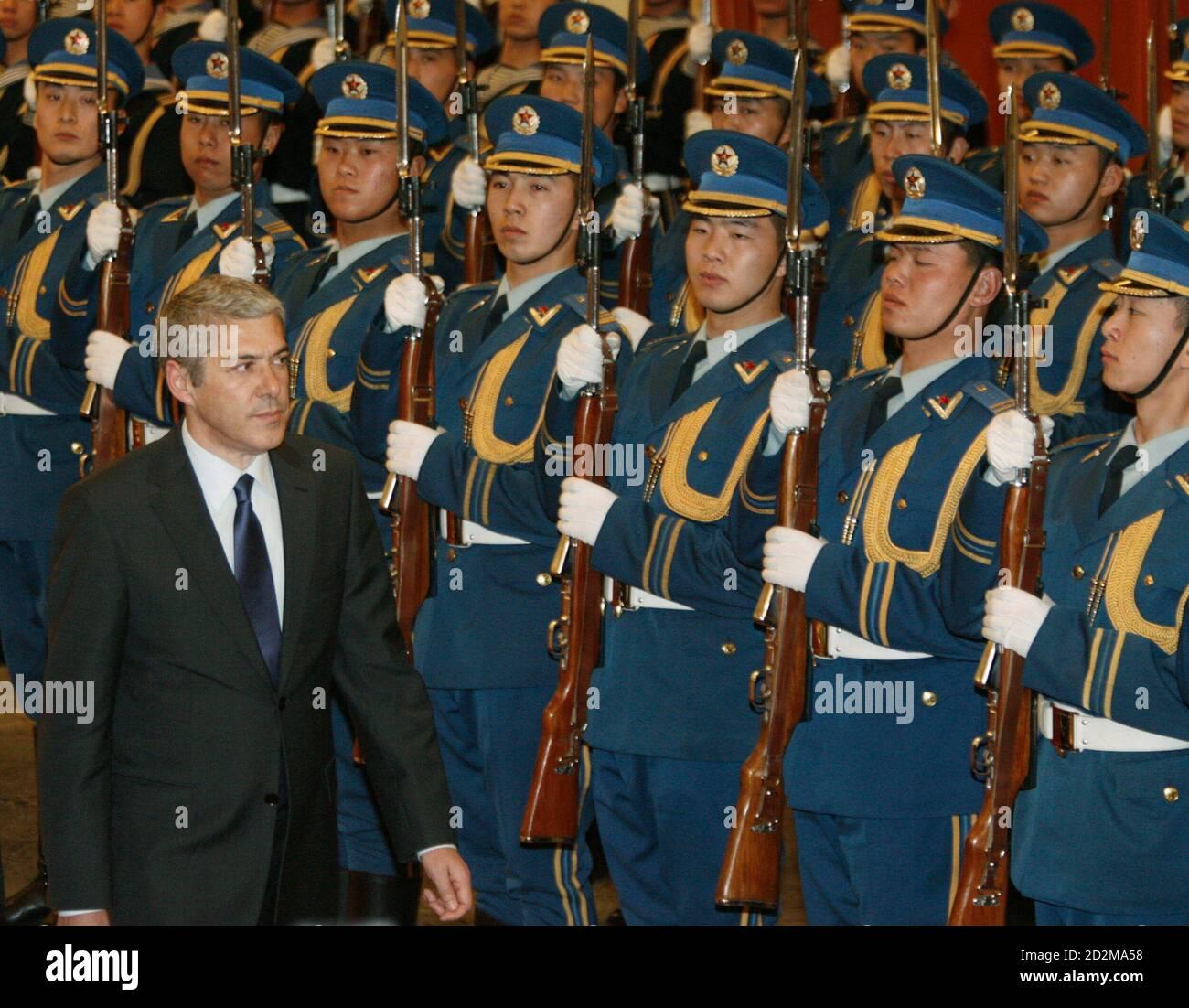 Le Premier ministre portugais en visite, José Socrates, passe en revue la garde d'honneur lors d'une cérémonie d'accueil au Grand Hall du peuple de Beijing, le 31 janvier 2007. REUTERS/Claro Cortes IV (CHINE) Banque D'Images