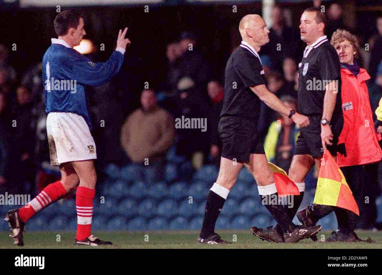 Portsmouth NO2 Robbie Pethick gestes aux hommes de ligne après la troisième manche de la coupe FA d'aujourd'hui (samedi) au parc Fratton terminé avec deux buts d'égalisation très disputés de Aston Villa. Note finale 2-2. Photo de Tom Hevezi/PA Banque D'Images