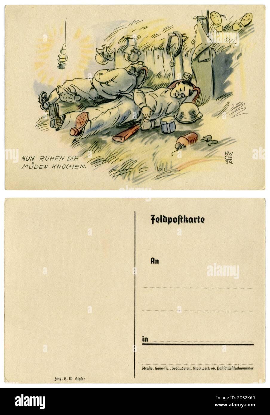 Carte postale historique allemande : maintenant les os fatigués se reposent. Les soldats dorment dans le hanyloft, de l'équipement militaire est aménagé à côté d'eux. 1939 Banque D'Images