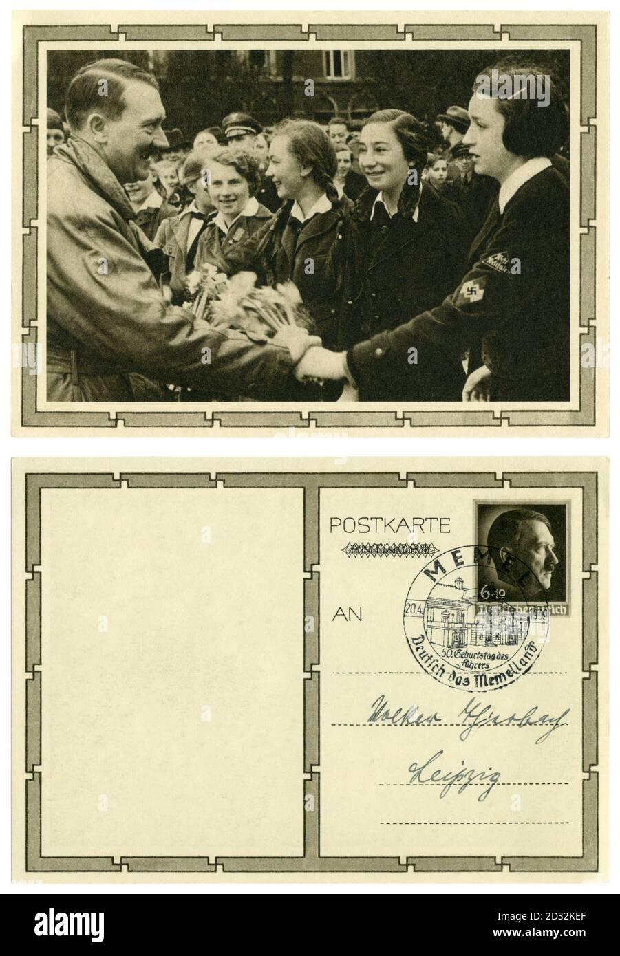 Carte postale historique allemande : 50e anniversaire d'Adolf Hitler. Il reçoit un bouquet de fleurs d'un membre de la BDM (Ligue des filles allemandes), 1939 Banque D'Images