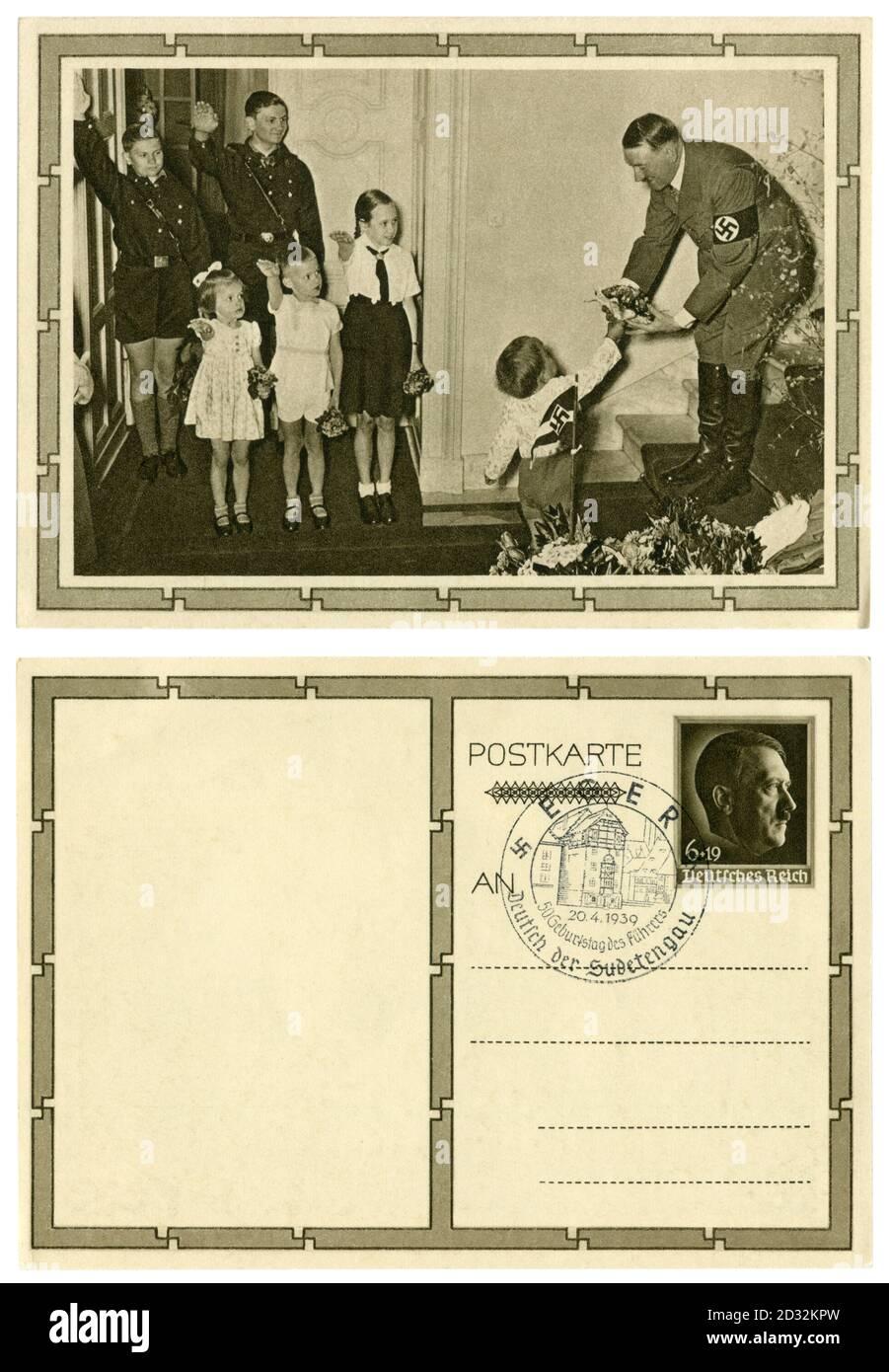 Carte postale historique allemande : 50e anniversaire d'Adolf Hitler. Il reçoit un bouquet de fleurs du plus jeune des 6 enfants de Goebbels, Allemagne, 1939 Banque D'Images