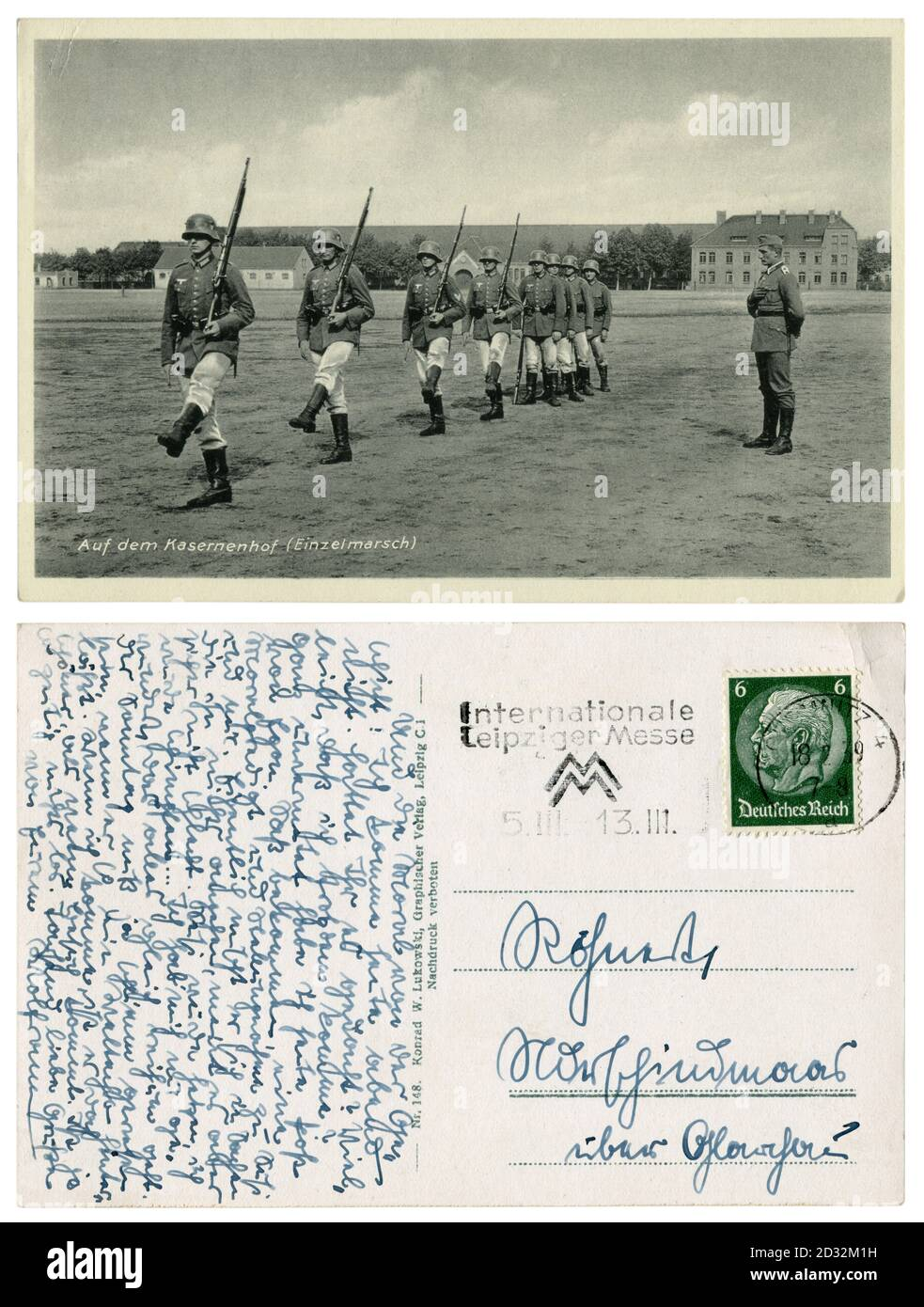 Carte postale historique allemande : dans la cour des casernes (mars unique). Formation de soldats en uniforme avec les carbines, Allemagne, troisième reich, 1939 Banque D'Images