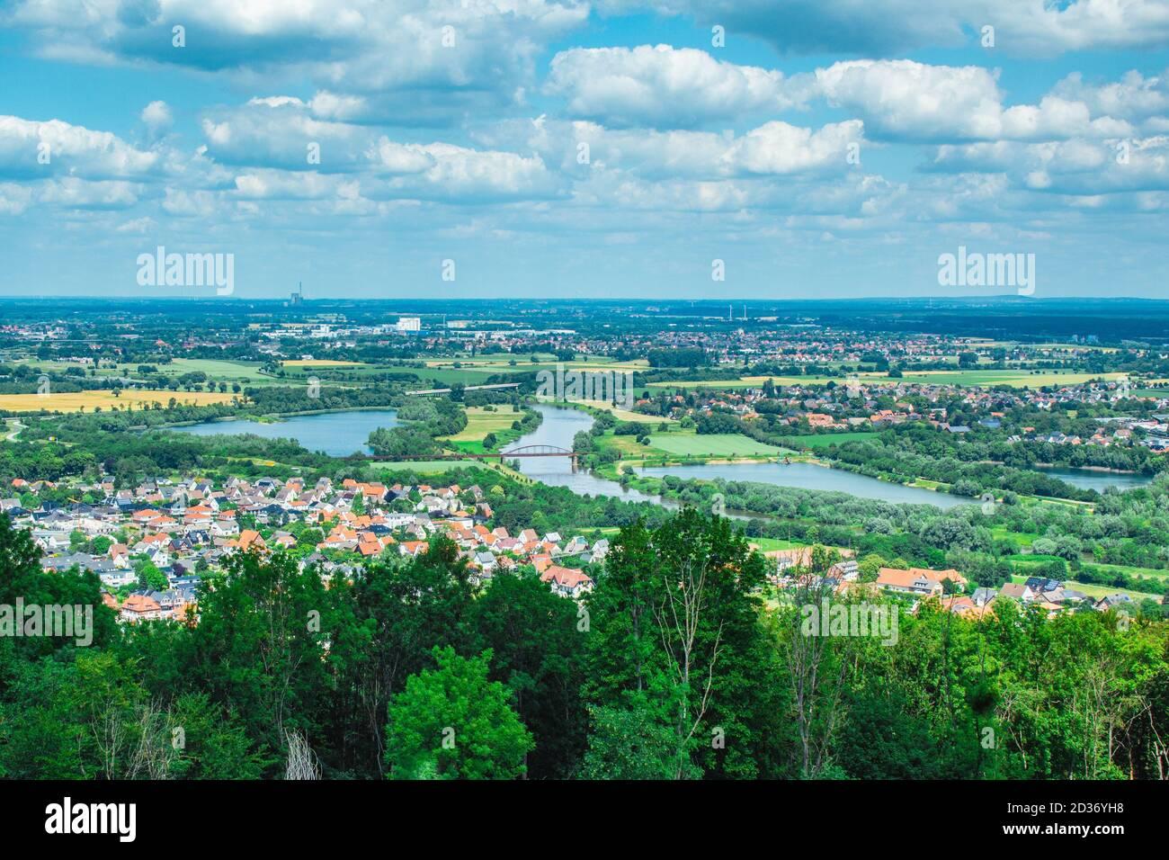 Paysage allemand pittoresque à Weserbergland. Vue depuis le monument de l'empereur William (Witteinsberg) près de la ville de Porta Westfalica, Rhénanie du Nord-Westphalie Banque D'Images