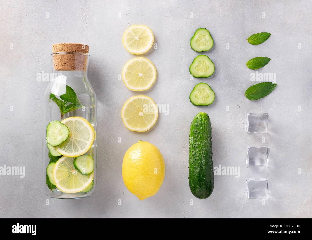 bouteille en verre avec eau infusée avec citron, concombre, menthe et glace. Boisson d'été saine. Banque D'Images