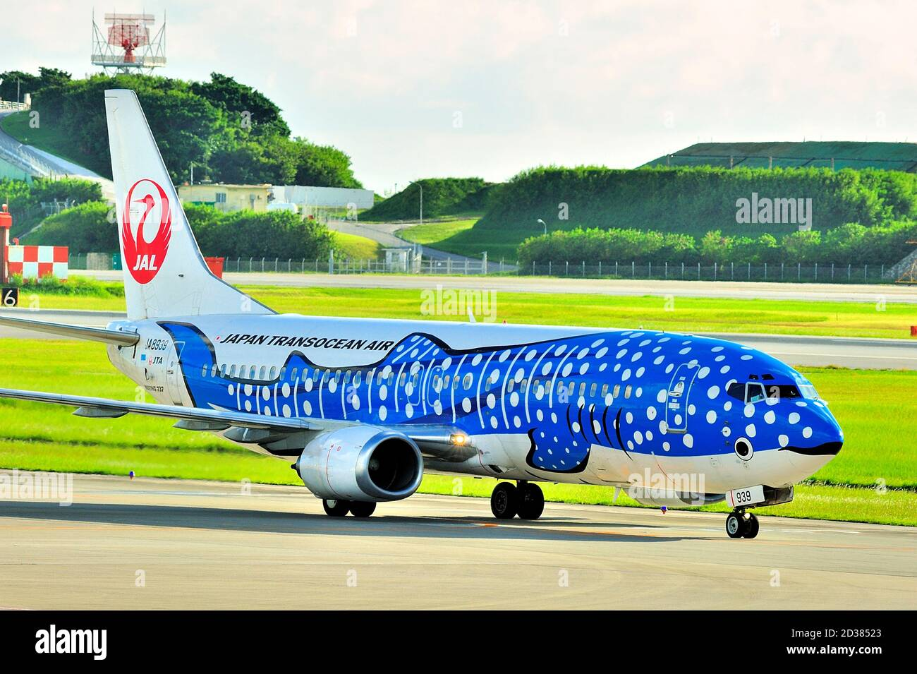 Japan Transocean Air, JTA, Boeing B-737/400, JA8939, Blue Whaleshark, taxi After Landing, aéroport de Naha, Naha, Okinawa, îles Ryukyu, Japon Banque D'Images