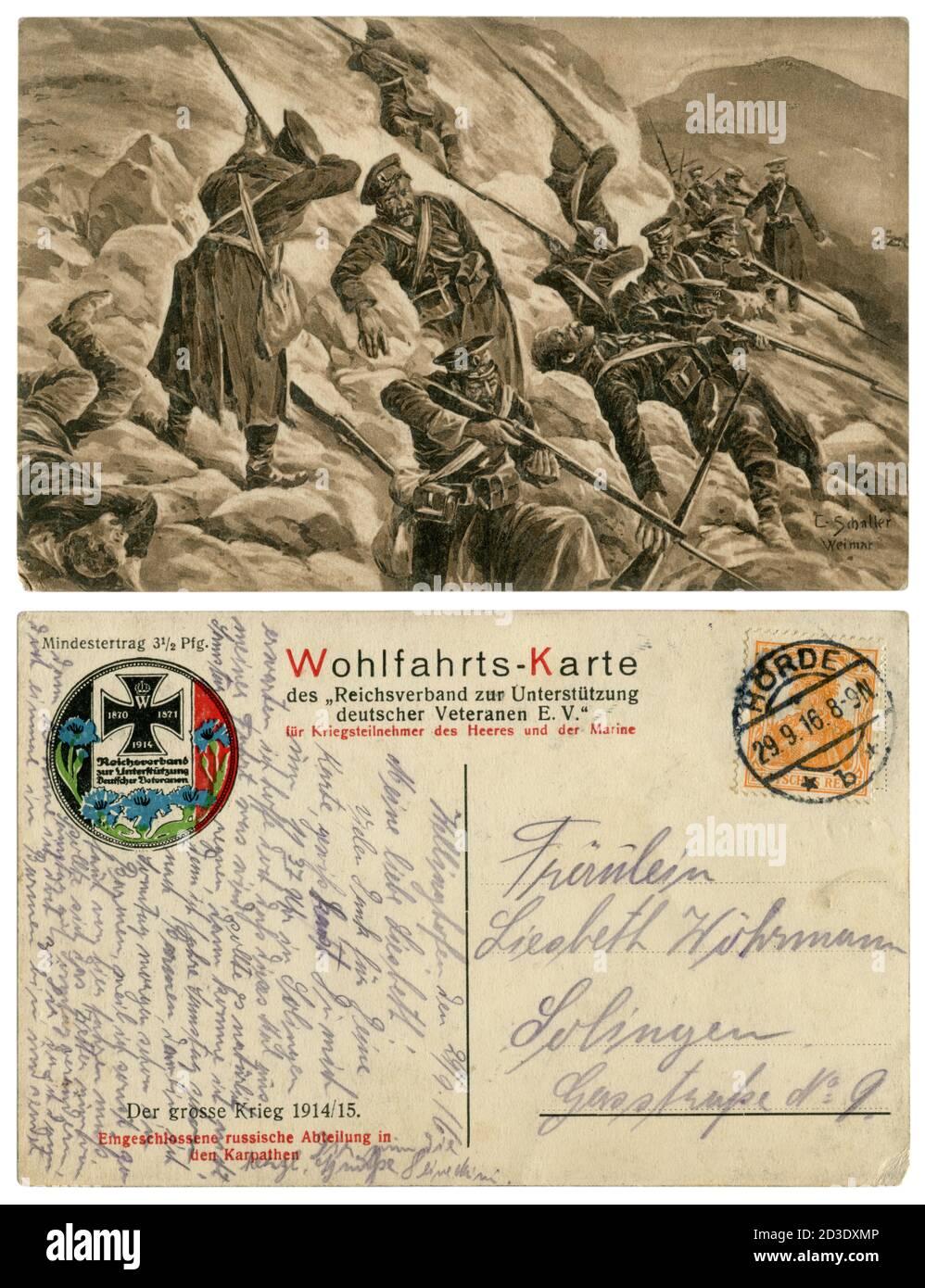 Carte postale historique de la propagande allemande : défaite de la division russe dans les montagnes des Carpates. Les soldats se battent jusqu'au dernier souffle. 1915 Banque D'Images