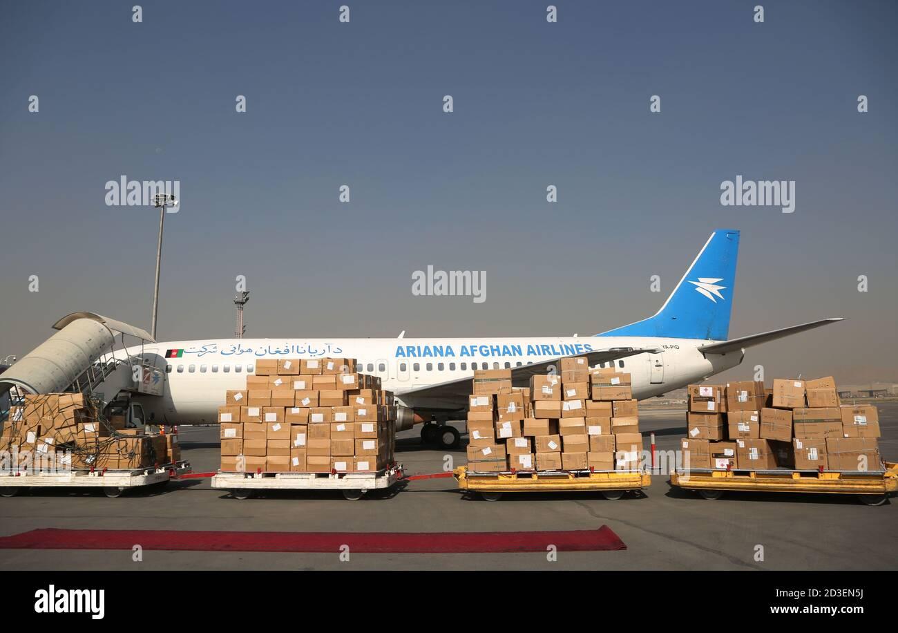 (201008) -- KABOUL, le 8 octobre 2020 (Xinhua) -- la photo prise le 8 octobre 2020 montre des fournitures anti-épidémiques en provenance de Chine lors de la cérémonie de passation de pouvoir à l'aéroport international Hamid Karzia à Kaboul, capitale de l'Afghanistan. L'Afghanistan a reçu jeudi plus de fournitures anti-épidémies de la Chine pour aider à sa lutte contre la COVID-19. Ils étaient dans le sixième lot de l'aide chinoise au pays asiatique déchiré par la guerre qui a été frappé par l'épidémie de COVID-19 à la fin de février. (Photo de Rahmatullah Alizadah/Xinhua) Banque D'Images