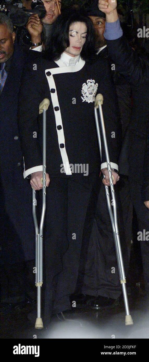 Le popstar américain Michael Jackson arrive à l'Oxford University Union sur des béquilles, pour donner une conférence, et lancer son initiative mondiale pour les enfants 'Heal the Kids' le 6 mars 2001. Jackson parlera du bien-être de l'enfant, de l'équilibre entre l'amour et la famille et de sa charité, 'Heal the Kids' et sera rejoint par son cofondateur Rabbi Shmuley Boteach et psychique Uri Gellar. DC/BR/AA Banque D'Images