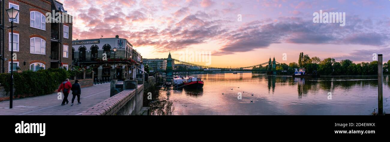 Londres, Angleterre - octobre 09 2020 : panorama du lever du soleil sur la Tamise à Hammersmith, Londres, Royaume-Uni Banque D'Images
