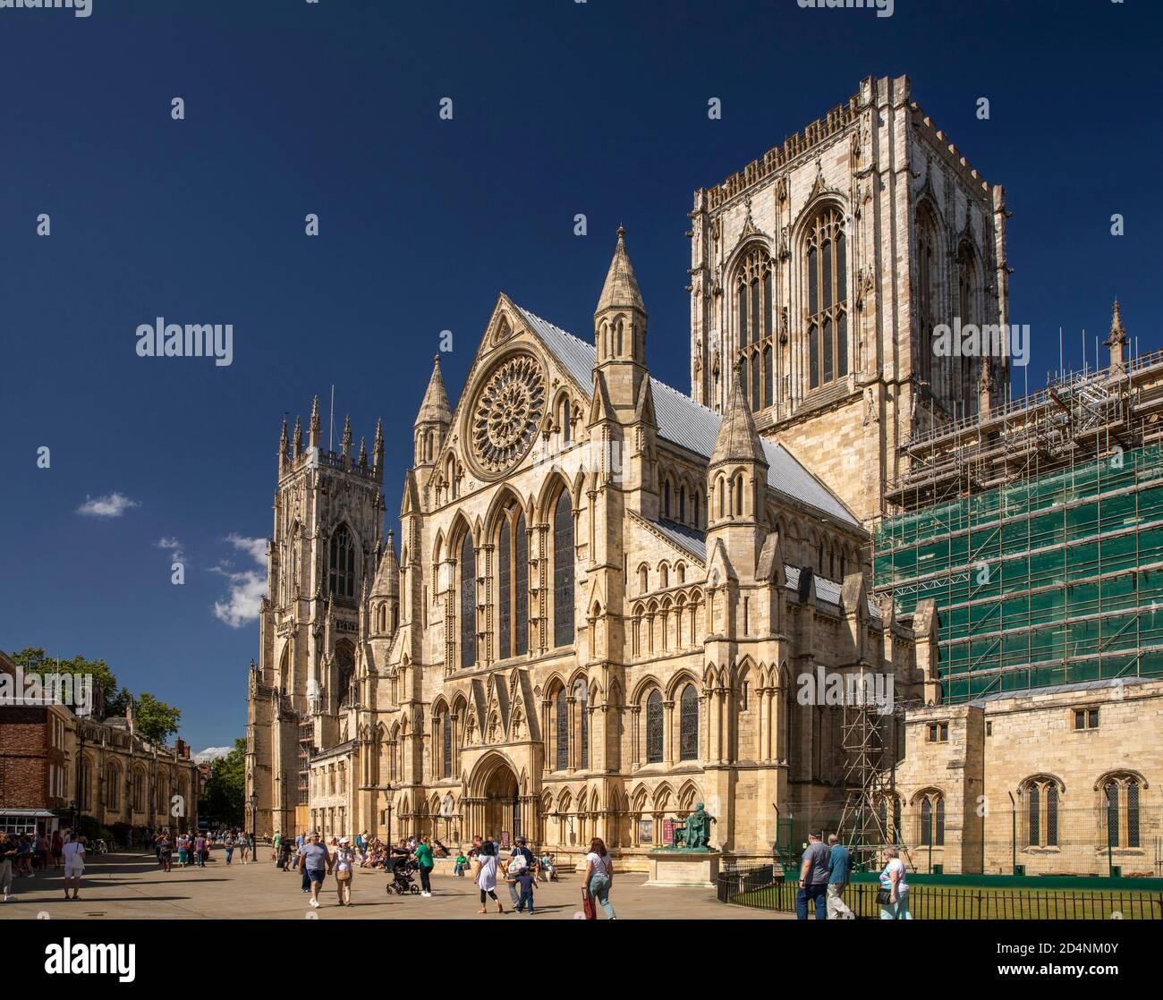 Royaume-Uni, Angleterre, Yorkshire, York Minster, les visiteurs en dehors du Sud transept au soleil Banque D'Images