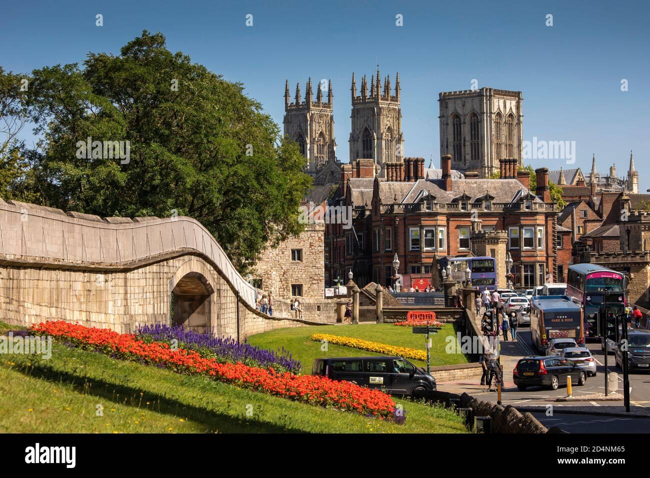 Royaume-Uni, Angleterre, Yorkshire, York, murs de la ville à War Memorial Gardens avec Minster Beyond Banque D'Images