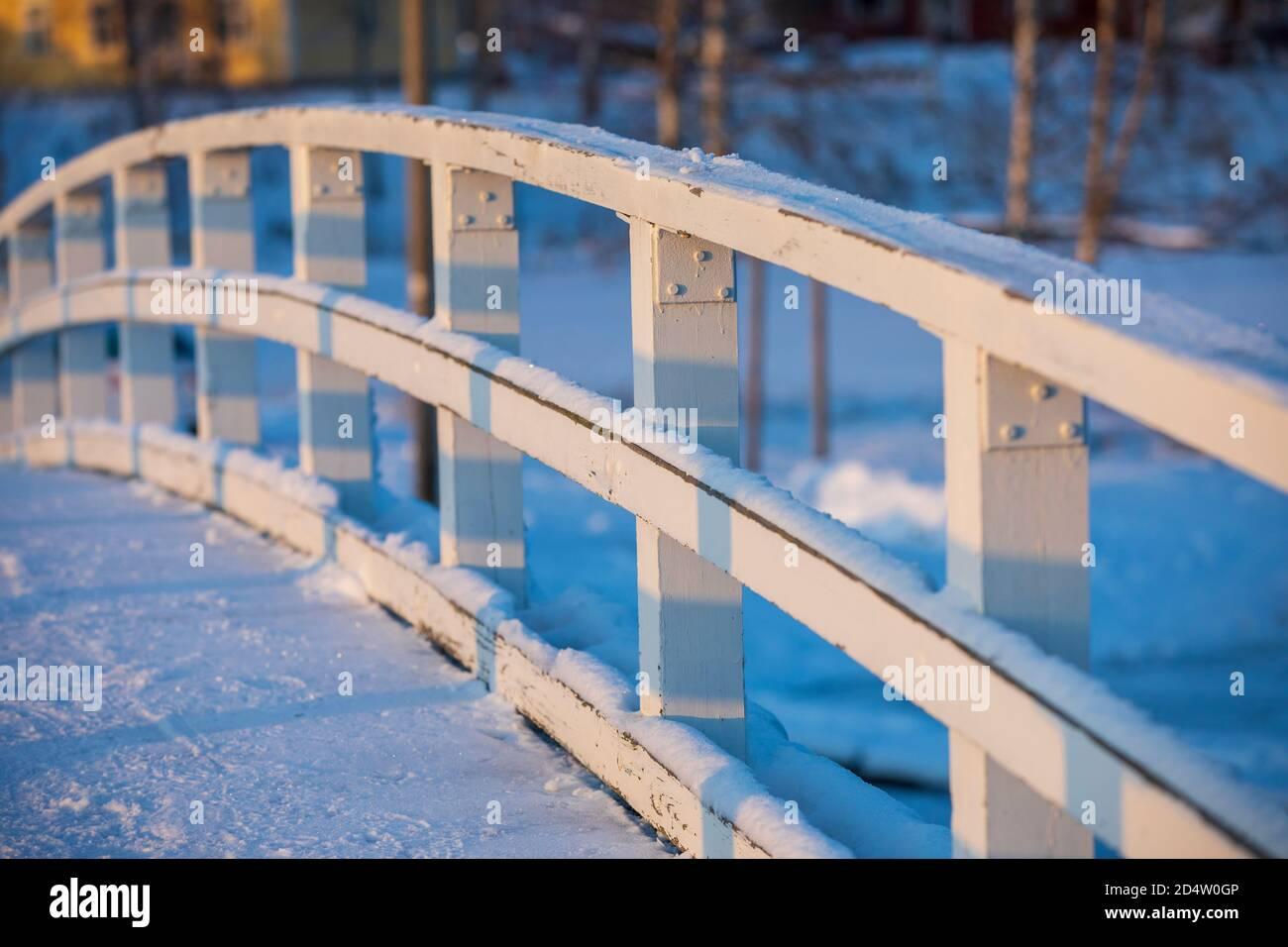 Gros plan d'une main courante de pont courbe en bois blanc robuste à Winter, Finlande Banque D'Images