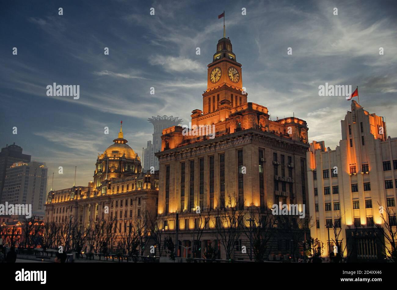 Le Bund de Shanghai au crépuscule avec un ciel bleu, la Chine Banque D'Images
