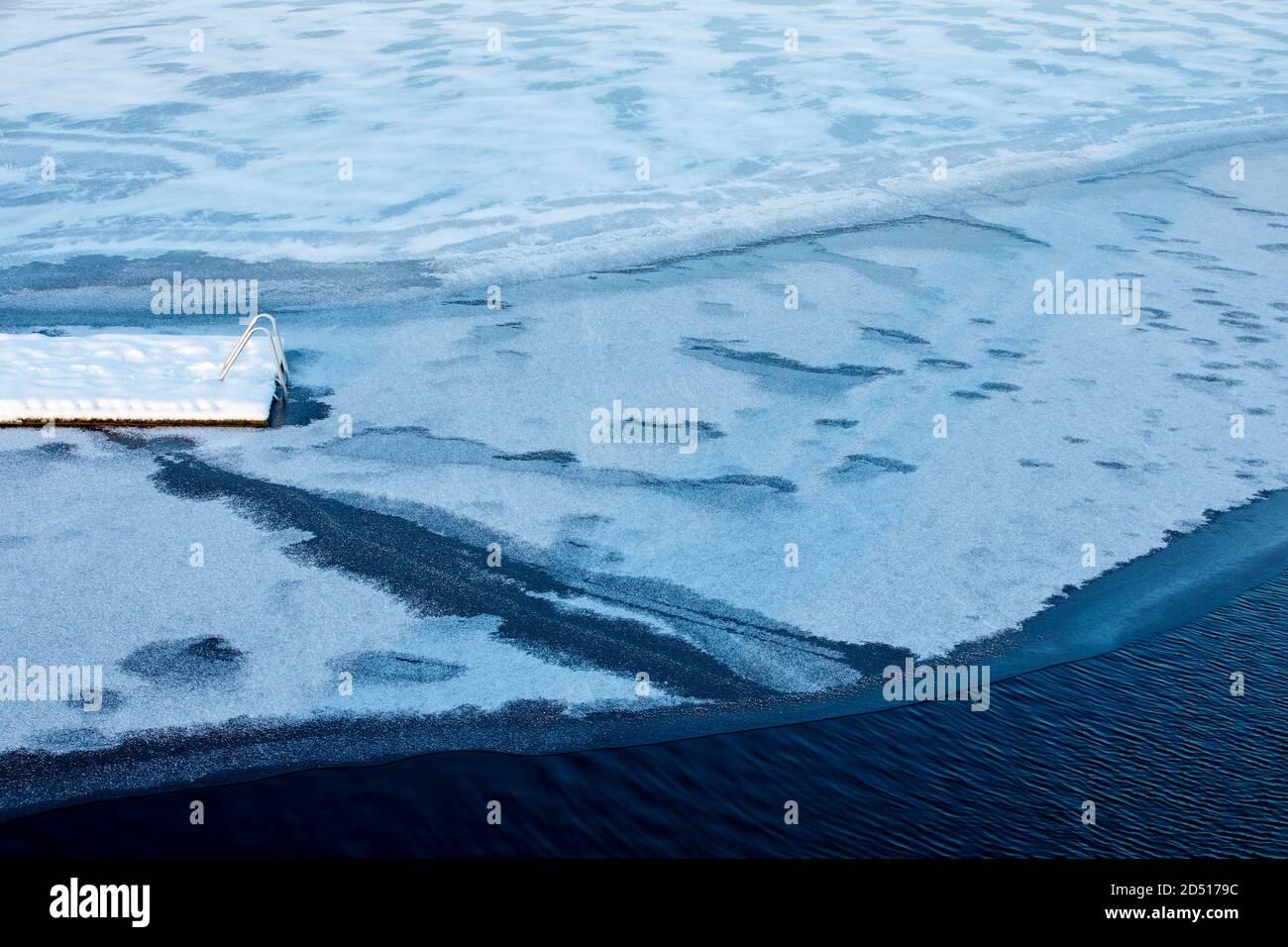 Fin de la jetée en bois gelée à la glace à Winter, Finlande Banque D'Images