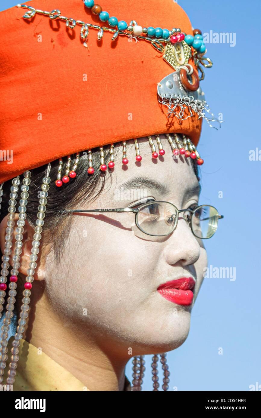 Florida Miami Bayfront Park Hong Kong Dragon Boat Race Festival, asiatique asiatique asiatique asiatique asiatique fille étudiante adolescent tenue enfant régalia, porte le port Banque D'Images