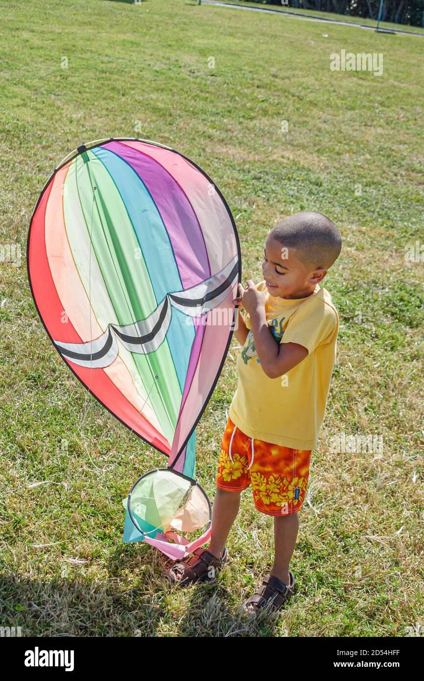 Florida Miami Beach Haulover Park Kitetober Fest, faisant du cerf-volant, Black African boy tenant du cerf-volant, Banque D'Images