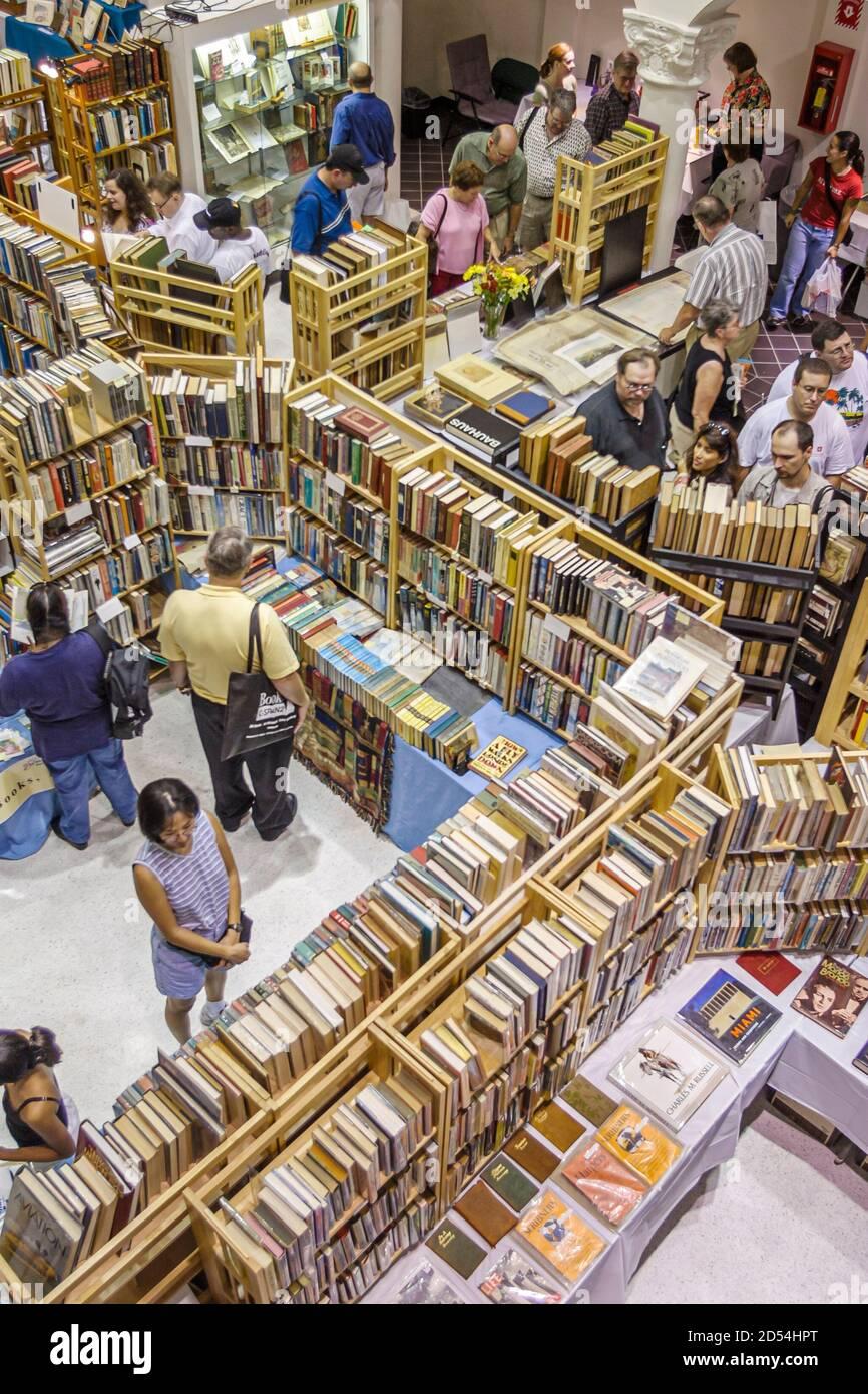 Florida Miami Dade College Wolfson Campus, International Book Fair vendeur stand vendeurs livres, personnes shopping étagères livres vue aérienne, Banque D'Images