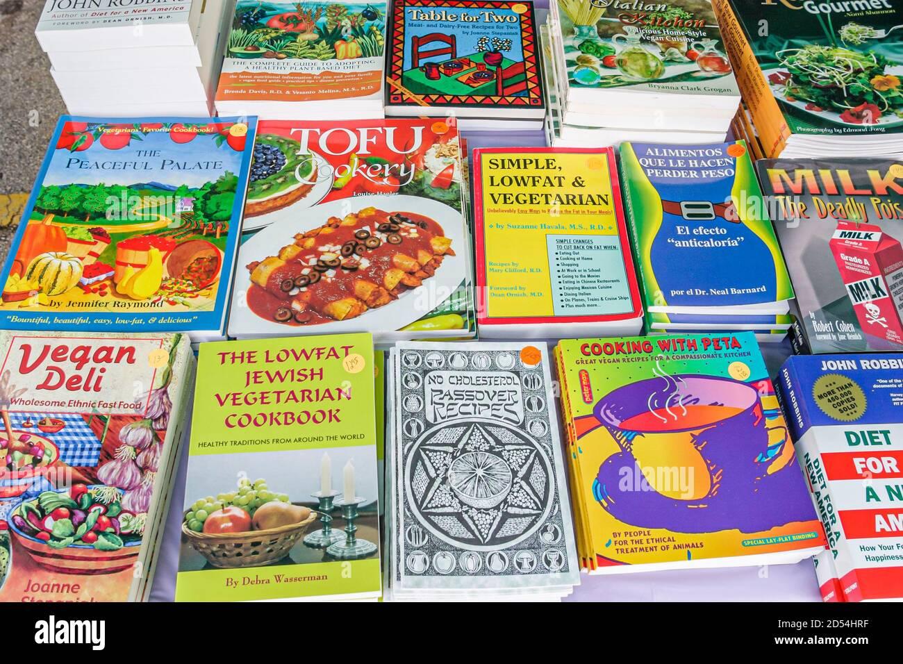Florida Miami Dade College Wolfson Campus, International Book Fair vendeur stand vendeurs livres, végétarien livres de cuisine vente exposition tofu peta vegan, Banque D'Images