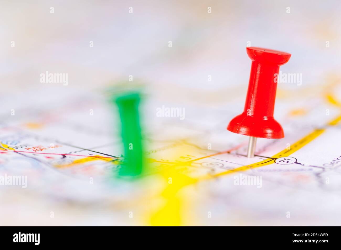 Punaises colorées sur une carte Banque D'Images