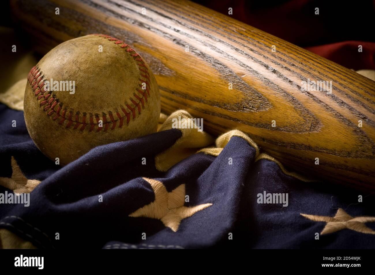 Équipement de base-ball vintage et ancien sur le drapeau américain Banque D'Images