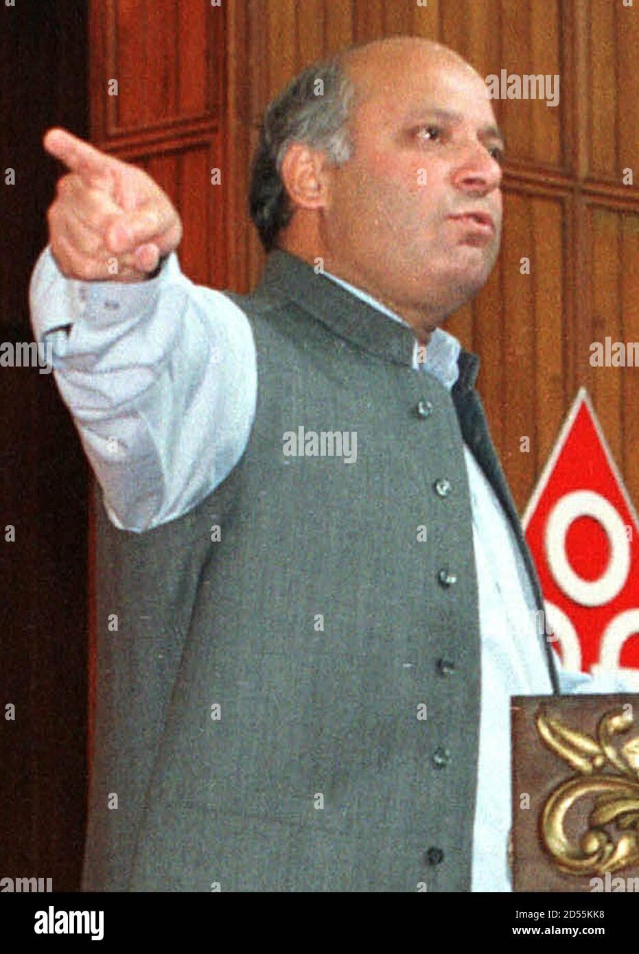 Le Premier ministre Nawaz Sharif prend la parole lors de la session inaugurale de la deuxième Convention des Pakistanais d'outre-mer à Islamabad, en août 25. Sharif a déclaré mercredi qu'il était prêt à accorder la permission à une proposition permettant aux Pakistanais vivant à l'étranger de mettre en commun leurs ressources et de lancer une compagnie aérienne et une banque, à condition que l'idée soit réalisable. MP/DL/KM Banque D'Images