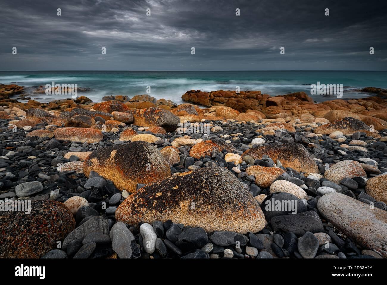 Rochers colorés sur les plages amicales du parc national de Freycinet. Banque D'Images