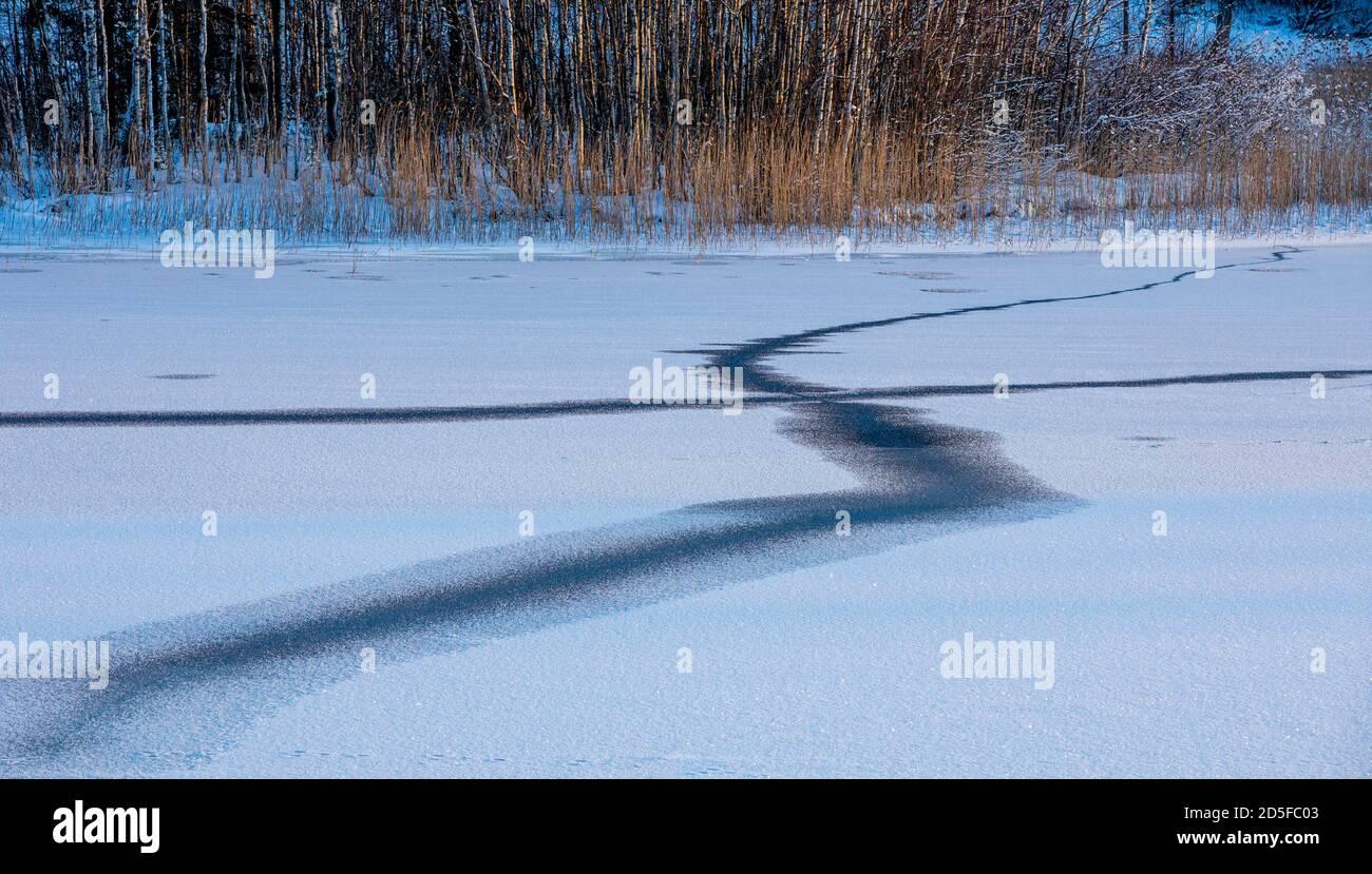 Fissures se formant à la nouvelle glace fraîche à hiver, Finlande Banque D'Images