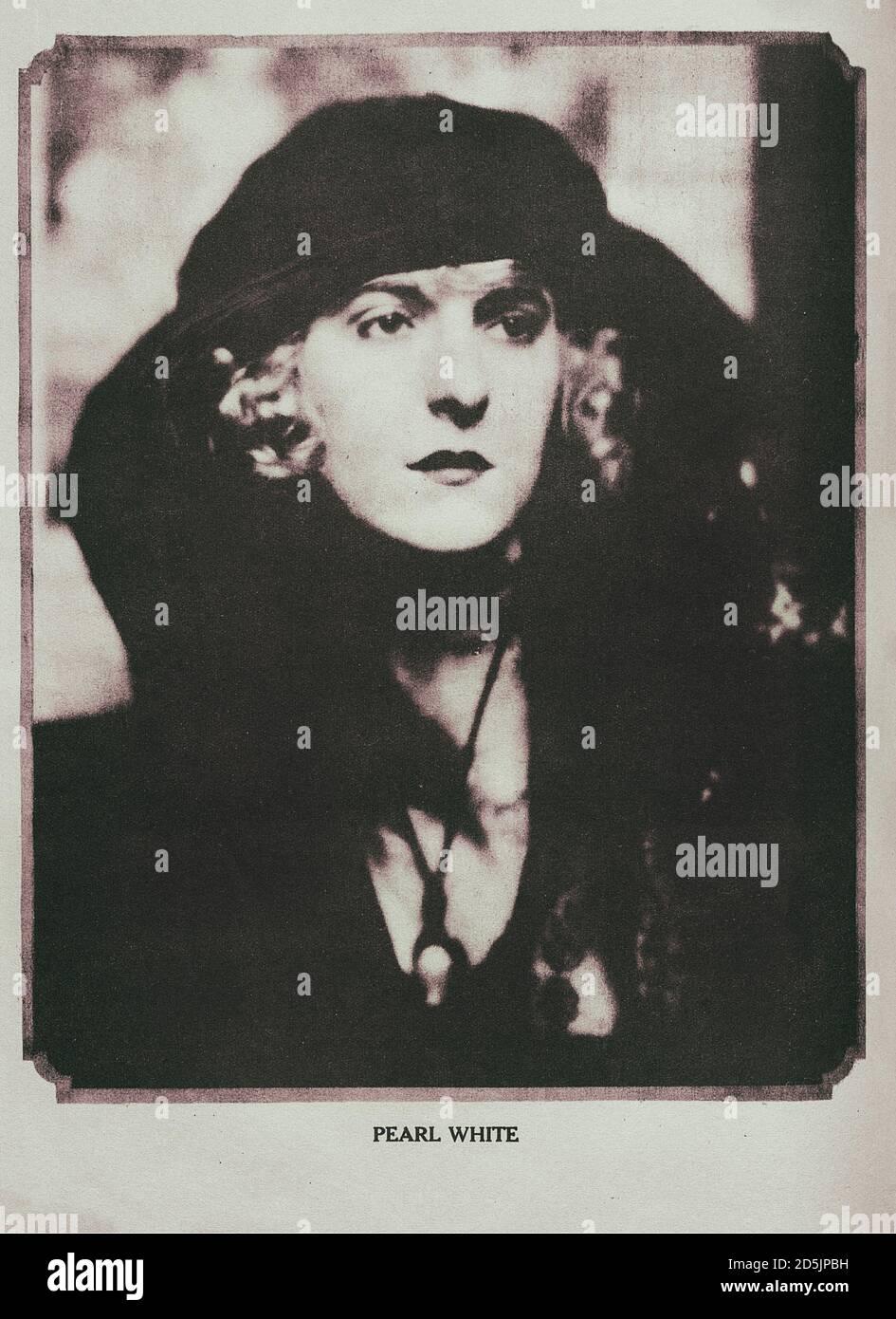 Pearl Fay White (1889 – 1938) était une actrice américaine de scène et de cinéma. White a commencé sa carrière sur la scène à l'âge de six ans, et a ensuite déménagé à sil Banque D'Images
