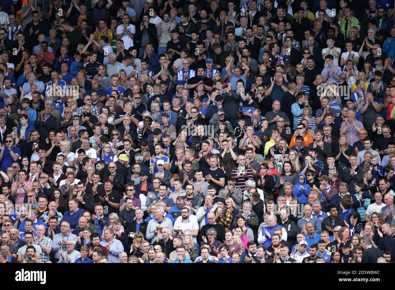 Les fans montrent leur soutien tandis que les joueurs de Fulham et de Sheffield Wednesday observent une minute d'applaudissements pour l'attaque de Barcelone. Banque D'Images