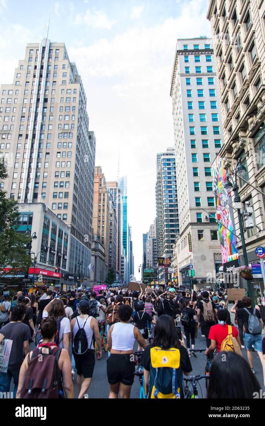 Foule de manifestants avec des panneaux pendant le dix-septième mars, 6e Avenue, Midtown, New York City, New York, États-Unis Banque D'Images