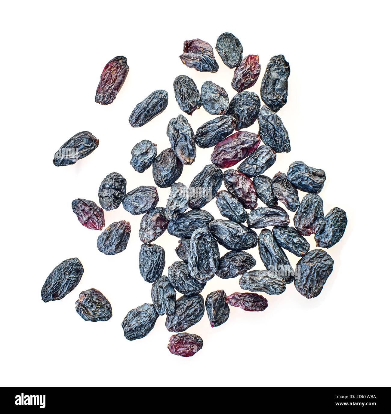 raisins secs avec passe-cheveux sur fond blanc isolé Banque D'Images