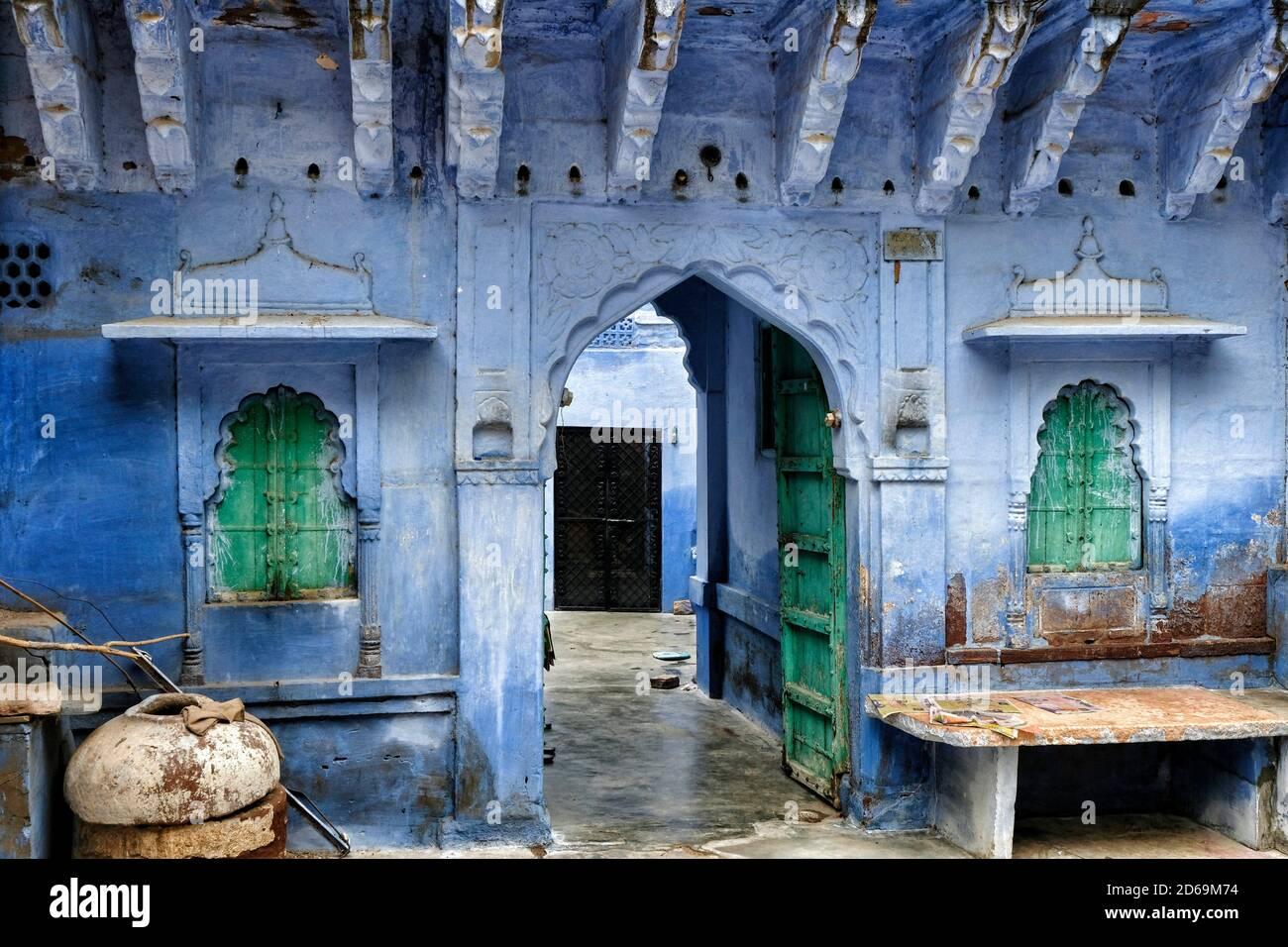 Vue sur une rue de Jodhpur avec les façades de maisons peintes en bleu. Rajasthan. Inde. Banque D'Images