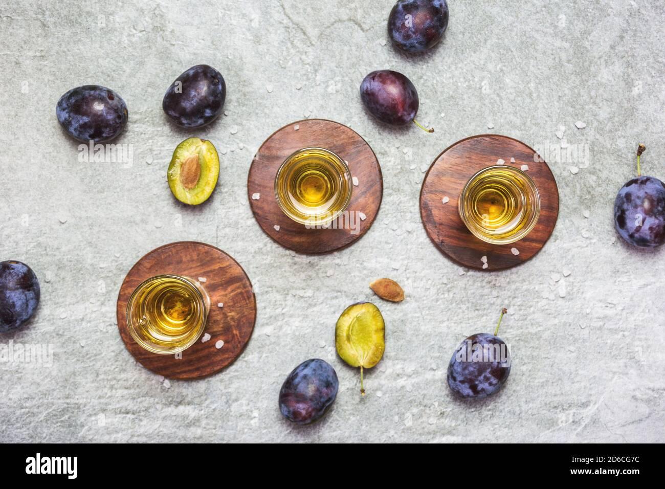 Le rakija, le raki ou le rakia est un cognac de boisson alcoolisée des Balkans à base de fruits fermentés. Prunier rakia sur la table grise Sone, vue de dessus. Banque D'Images