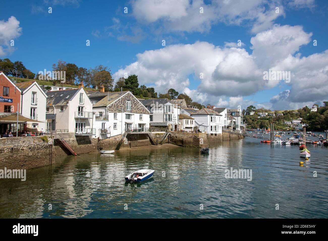 Vue pittoresque des bâtiments au bord de la rivière Fowey Cornwall Angleterre Banque D'Images