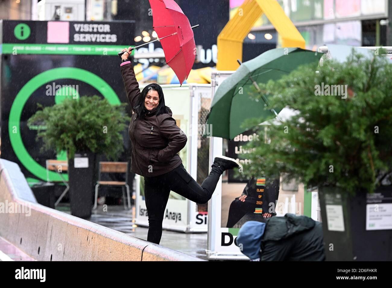 New York, États-Unis. 16 octobre 2020. Une femme pose pour un ami avec un appareil photo à Times Square, New York, NY, le 16 octobre 2020. Avec la résurgence de la COVID-19 qui se propage à travers les États-Unis, les points chauds touristiques comme Times Square et ses entreprises continuent de ressentir l'impact économique de la pandémie du coronavirus. (Anthony Behar/Sipa USA) crédit: SIPA USA/Alay Live News Banque D'Images