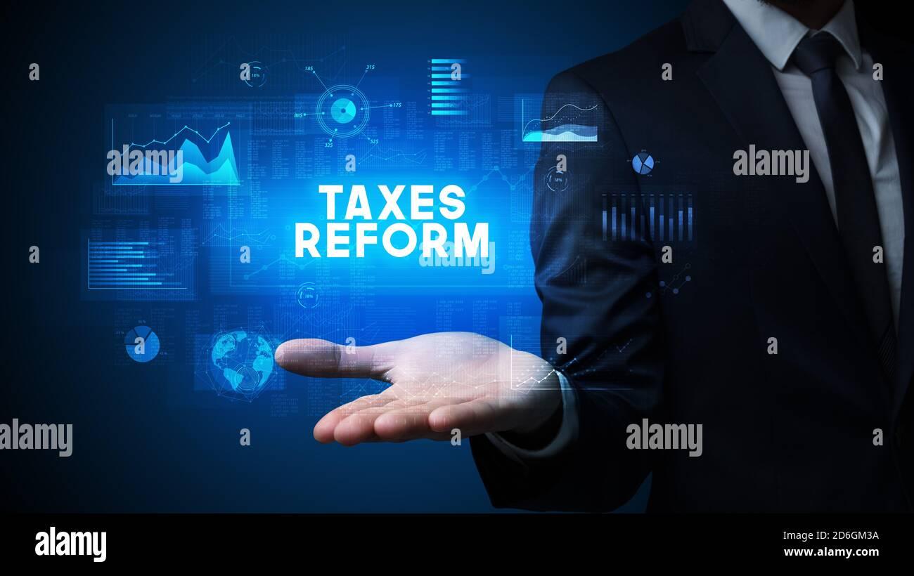 Part of Businessman holding TAXS inscription de réforme, la réussite de l'entreprise concept Banque D'Images