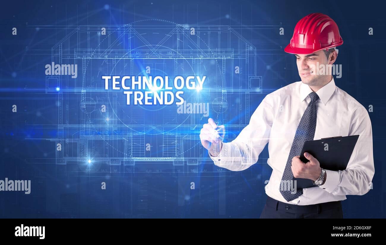 Beau architecte avec casque dessin DE TENDANCES DE TECHNOLOGIE inscription, nouveau concept de technologie Banque D'Images