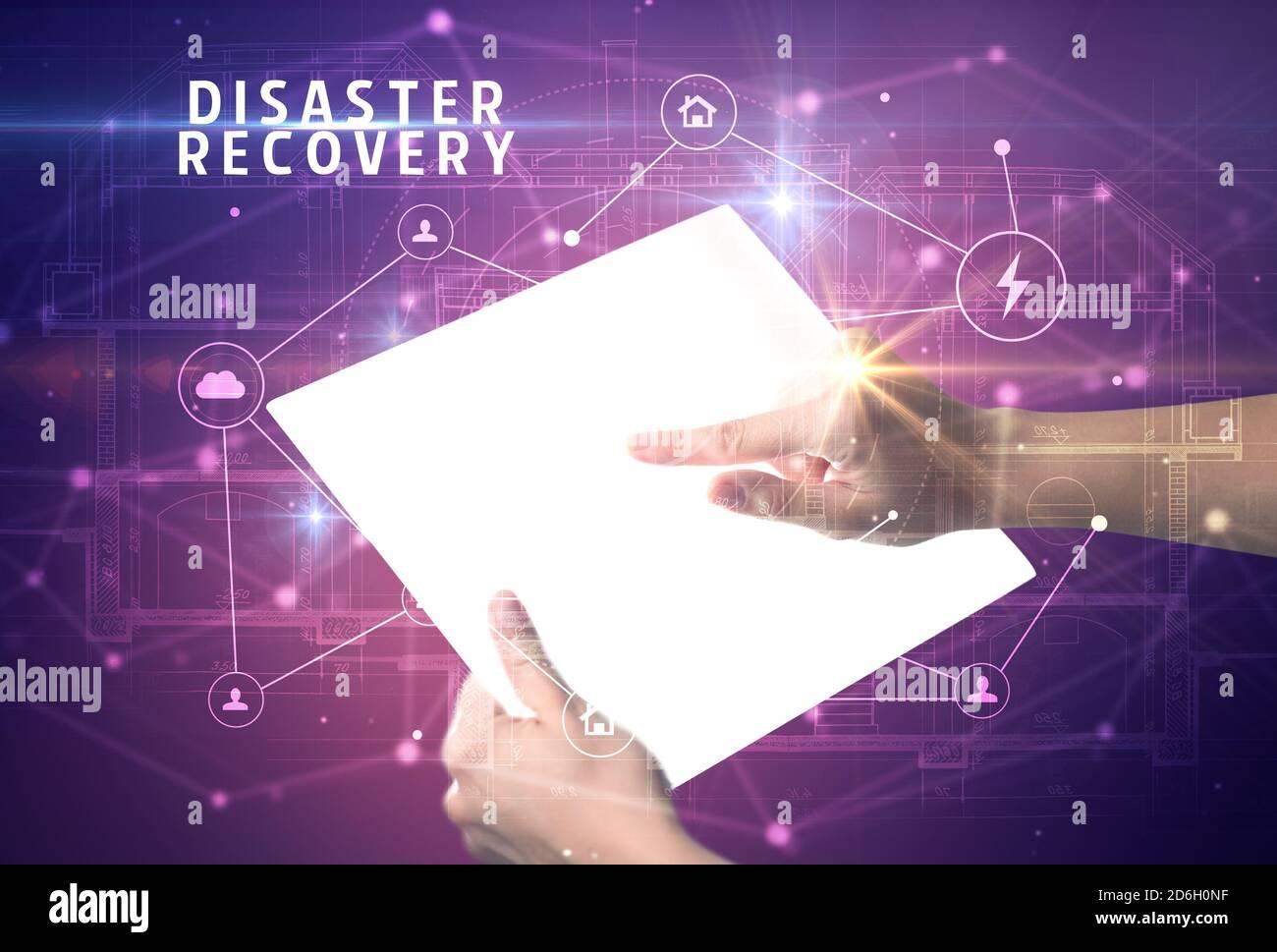 Holding futuristic tablet avec récupération après inscription, cyber security concept Banque D'Images