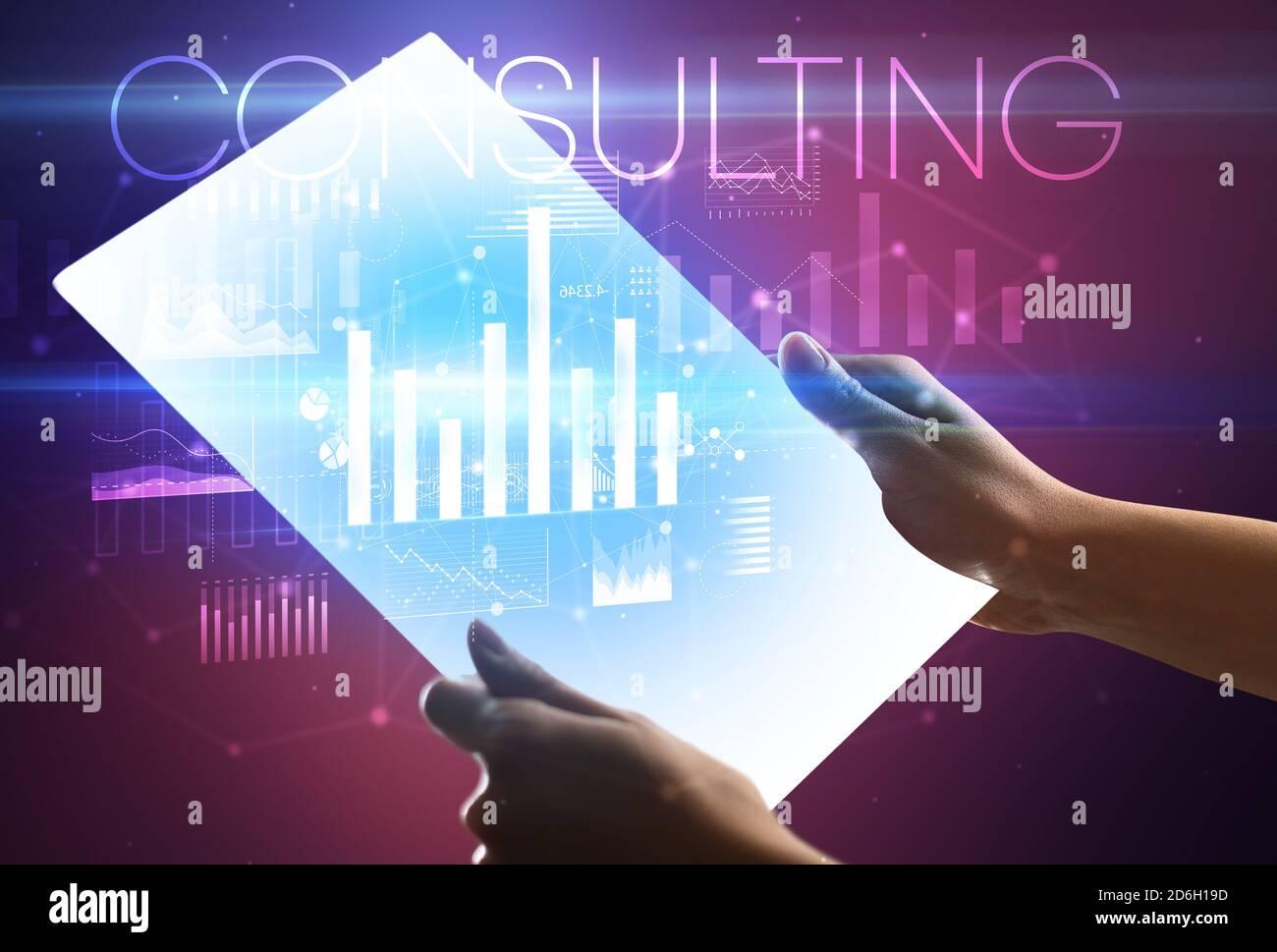 Main tenant tablette futuriste avec INSCRIPTION DE CONSEIL ci-dessus, concept d'affaires moderne Banque D'Images