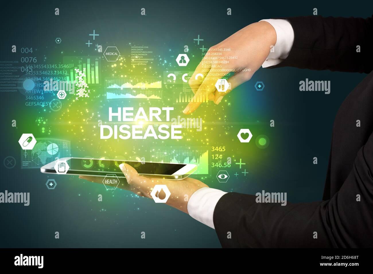 Gros plan d'un écran tactile avec inscription DE MALADIE CARDIAQUE, concept médical Banque D'Images