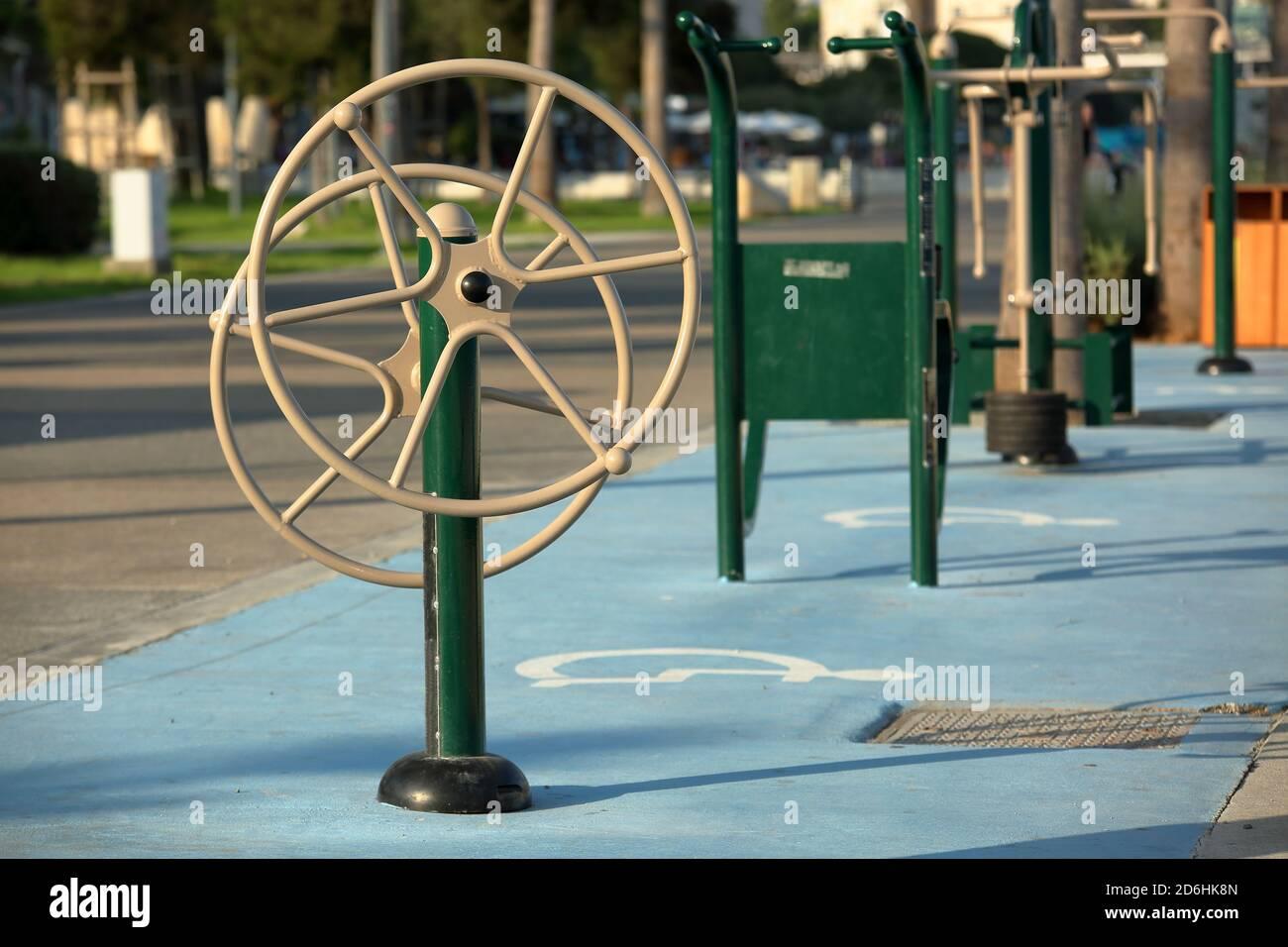 Salle de sport extérieure avec équipement spécial pour l'activité sportive, la réhabilitation pour les personnes handicapées, dans le parc public de Limassol, Chypre. Banque D'Images