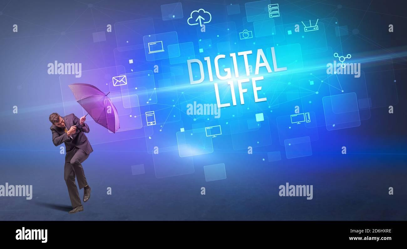 Homme d'affaires se défendant avec le parapluie de la cyber-attaque et de L'inscription DE LA VIE NUMÉRIQUE, concept de sécurité en ligne Banque D'Images
