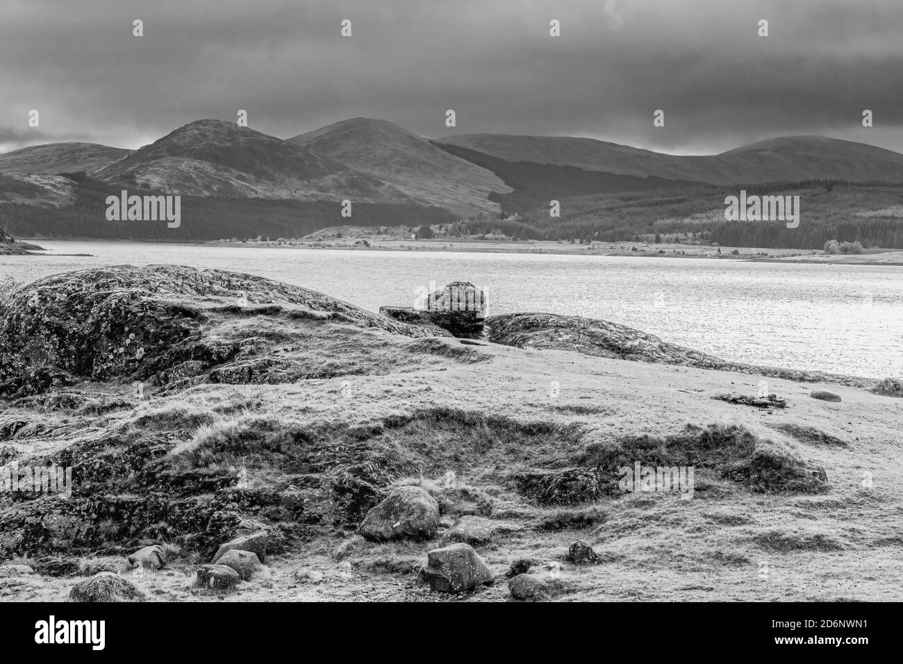 Le Loch Doon et les collines Galloway au loin avec un ciel d'hiver borde. Banque D'Images