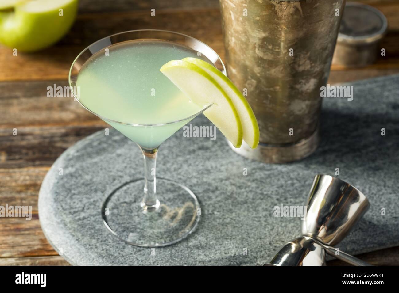 Cocktail d'Appletini rafraîchissant avec vodka et garniture Banque D'Images