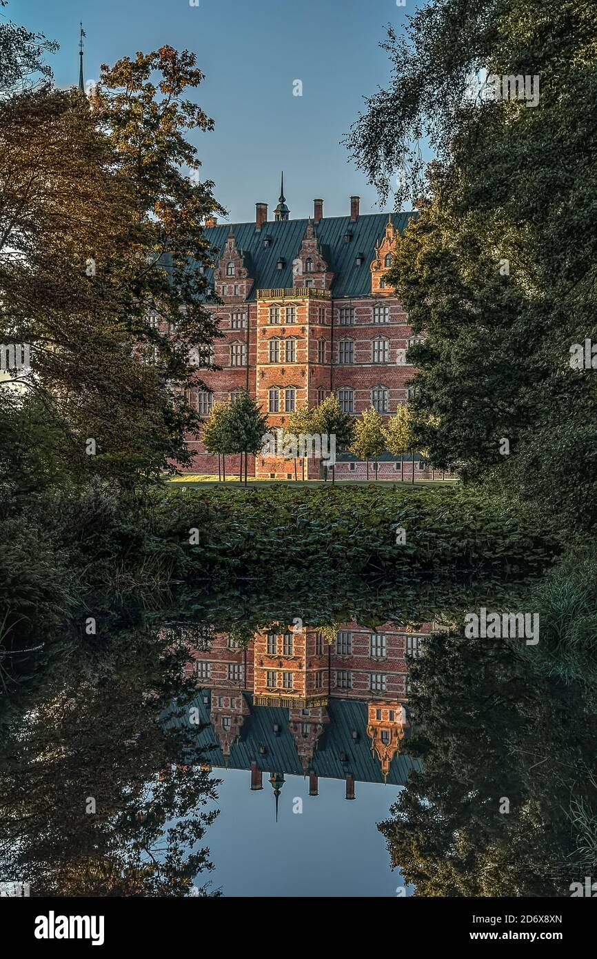 Le château royal de Frederiksborg, dans les bois, se reflète dans un étang brillant en miroir, Hillerod, Danemark, 17 octobre 2020 Banque D'Images