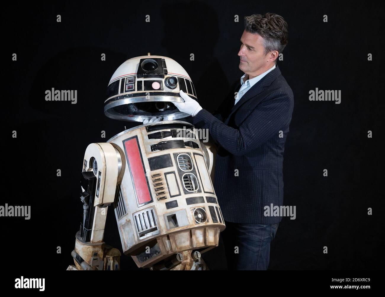 Stephen Lane, PDG de Prop Store, inspecte un droïde R2-S8 Light-up à télécommande du film de 2018 'Star Wars: Solo: A Star Wars Story' (estimation de 40,000 à 60,000 £) lors d'un aperçu avant la vente aux enchères de souvenirs de film et de télévision du Prop Store qui aura lieu les 1er et 2 décembre 2020. Banque D'Images